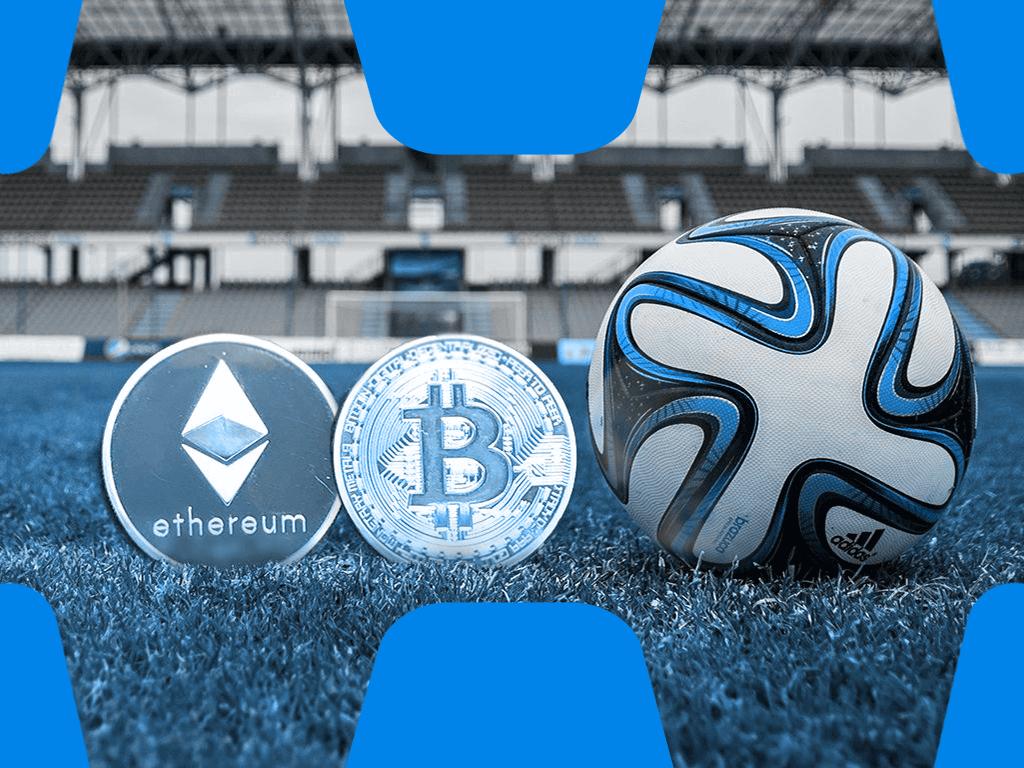 Fussball mit Bitcoin und Ethereum Münze