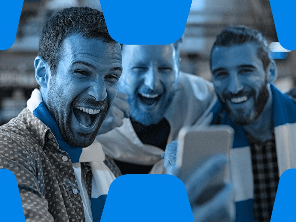 3 Fussball Fans schauen auf Smartphone