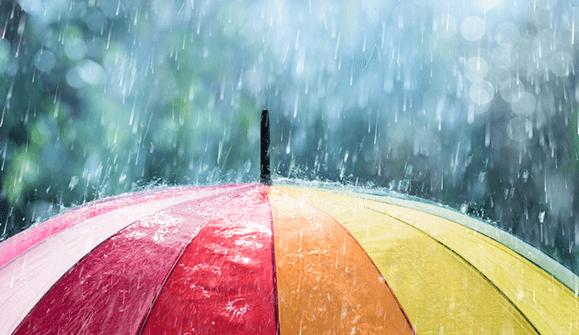 Regenschirm unter Wasser