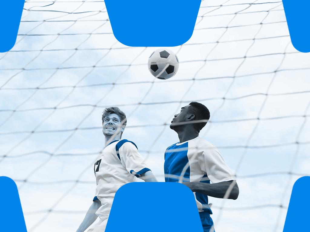 2 Fußballer beim Kopfballduell