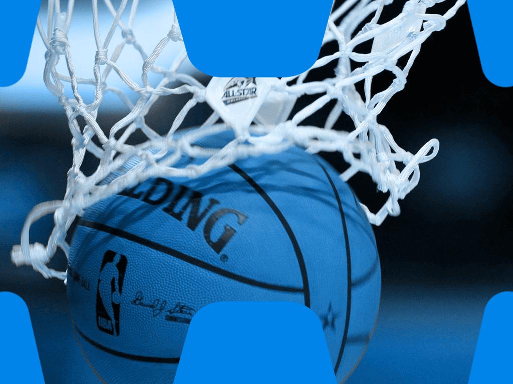 Basketball fällt durch das Netz des Korbs